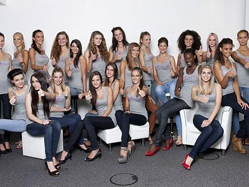 Noch lachen die Mädels von Austria's Next Topmodel - es soll aber härter werden.