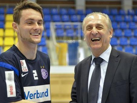 Der australische Teamspieler James Holland (l.) und Austria-Sportvorstand Thomas Parits