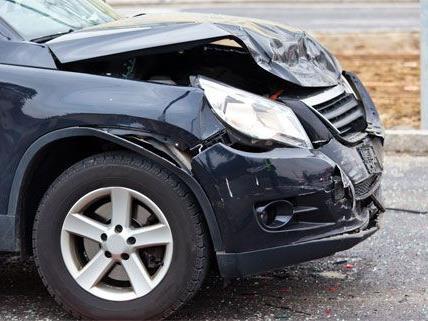 An dem Auto entstand Totalschaden, die beiden Frauen kamen mit Verletzungen davon.