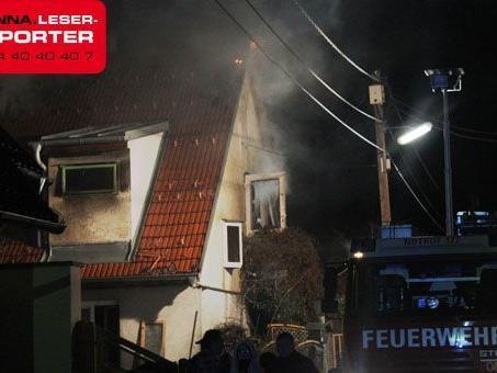 Die Feuerwehr musste stundenlang einen Brand eines Einfamilienhauses in Wien-Donaustadt löschen.