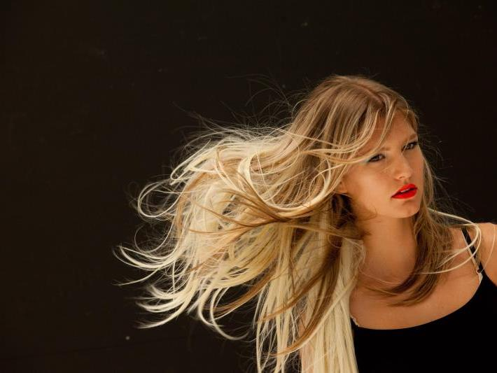 Top-Friseur Nick Malenko erklärt den heißesten Look der Saison - Stufen lassen langes Haar lebendig aussehen.