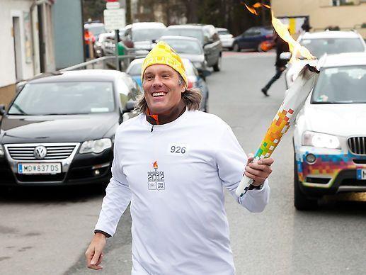 Der Top-Beachvolleyballer Oliver Stamm trug das Olympische Feuer gemeinsam mit 35 Jugendlichen durch Vösendorf.