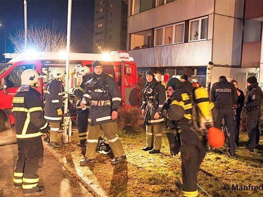 Die Bewohner der insgesamt 49 Wohnungen wurden von der Feuerwehr in Sicherheit gebracht und vorübergehend in einer Schule einquartiert.