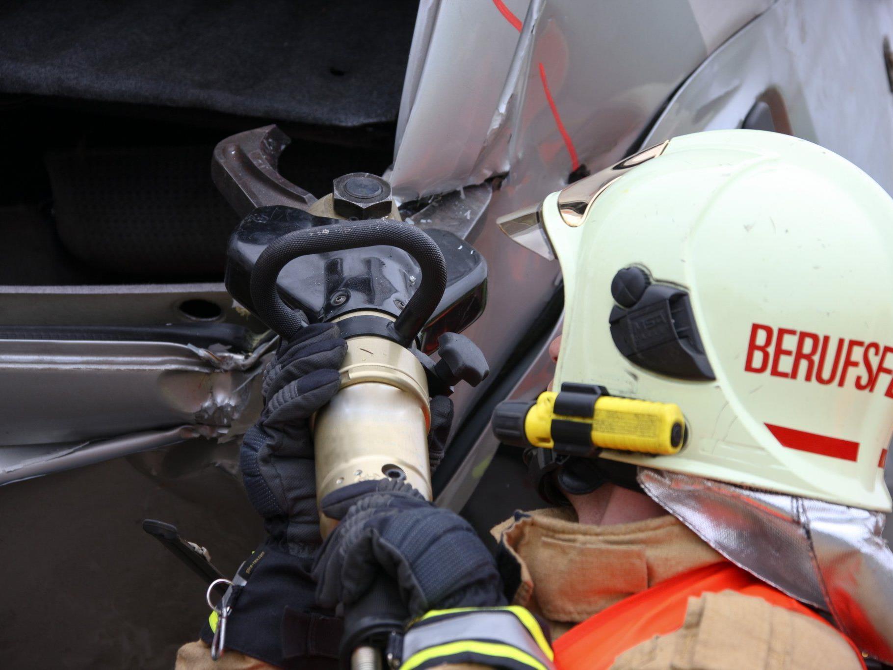 Eine Frau wurde bei dem Verkehrsunfall in Wien-Neubau schwer verletzt.