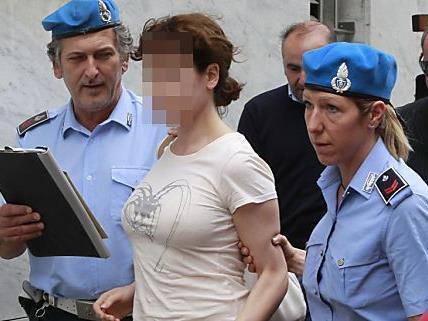 Esti, die unter Doppelmordverdacht in U-Haft sitzt, möchte die gemeinsame Obsorge für ihren Sohn Rolando.