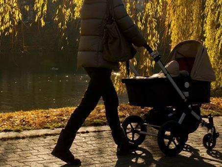 In Wien-Favoriten warfen Jugendliche einen Knallkörper nach einem Kinderwagen.