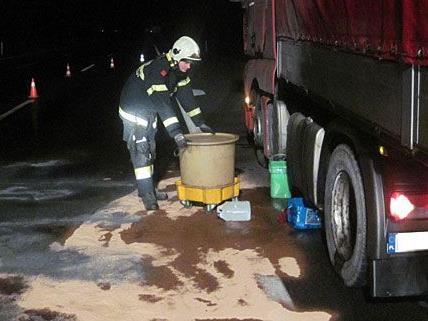 Das Öl, das der Lkw auf der A2 verloren hatte, musste von der Feuerwehr trockengelegt werden