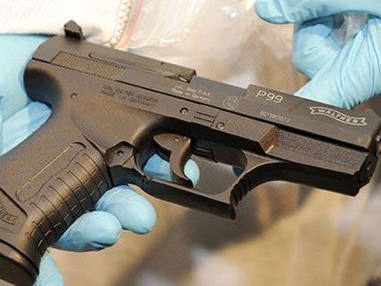 Mit einer Gaspistole schossen die beiden Jugendlichen aus dem Fenster.