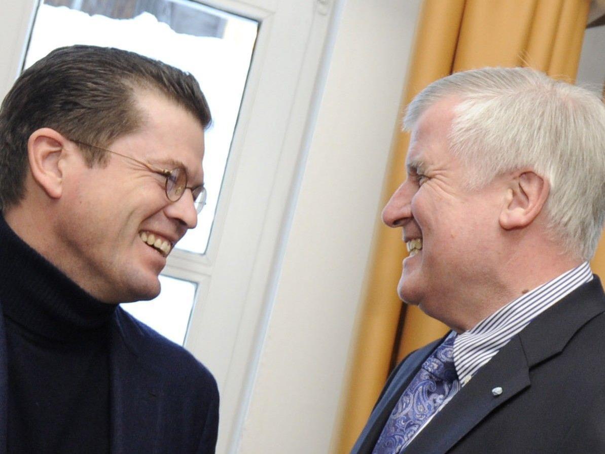 Der bayerische Ministerpräsident Horst Seehofer (r) will Guttenberg wieder zurückholen.