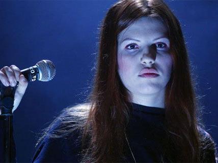 Anja Plaschg überzeugt als Ausnahmestimme, Pianistin und Performerin.