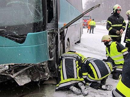 Bei dem Bus-Crash auf der A1 wurden mehrere Schulkinder verletzt