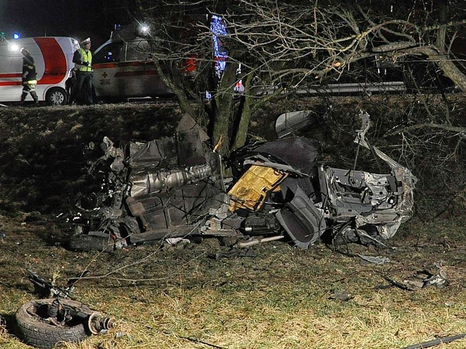 Das Cabrio war auf der B3 von der Fahrbahn abgekommen, gegen einen Baum geprallt und geradezu zerfetzt worden.