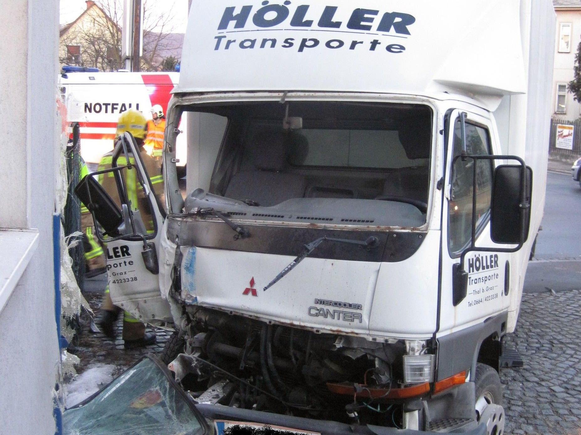 Bei dem Unfall in den sowohl ein Lkw als auch ein Auto verwickelt waren, sind drei Personen verletzt worden.