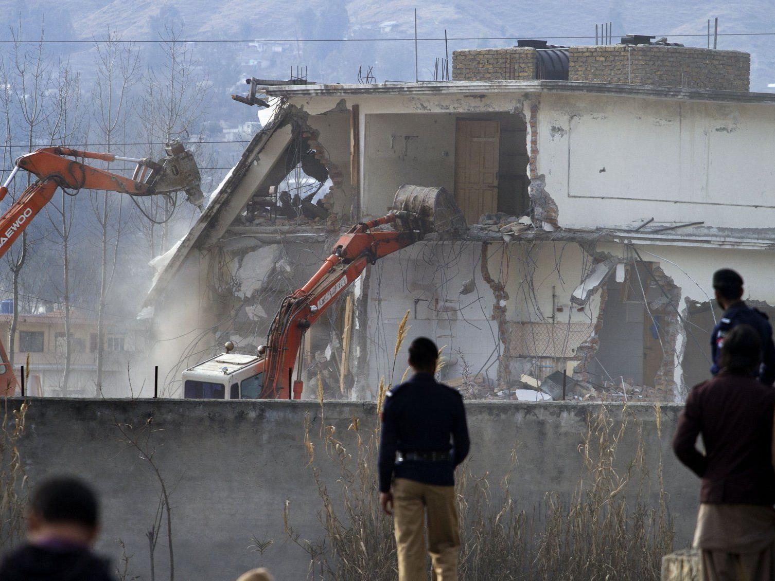 Bin Ladens ehemaliger Residenz wird mit Abrissbaggern zu Leibe gerückt.
