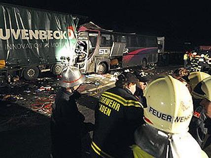 Bei dem dramatischen Unfall auf der A21 hatten zahlreiche Einsatzkräfte alle Hände voll zu tun