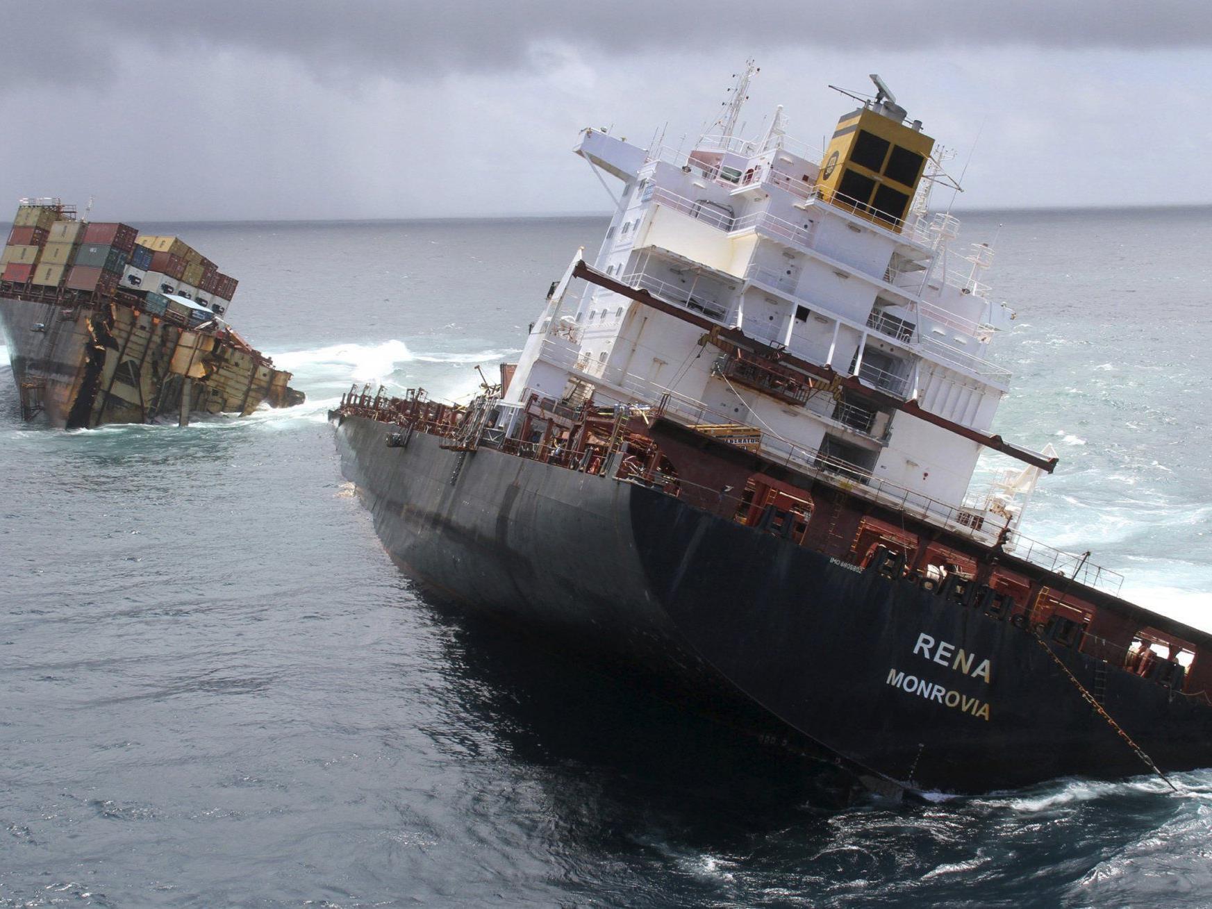 """Die """"Rena"""" war auf ein Riff aufgelaufen und später wegen eines Sturmes auseinander gebrochen."""