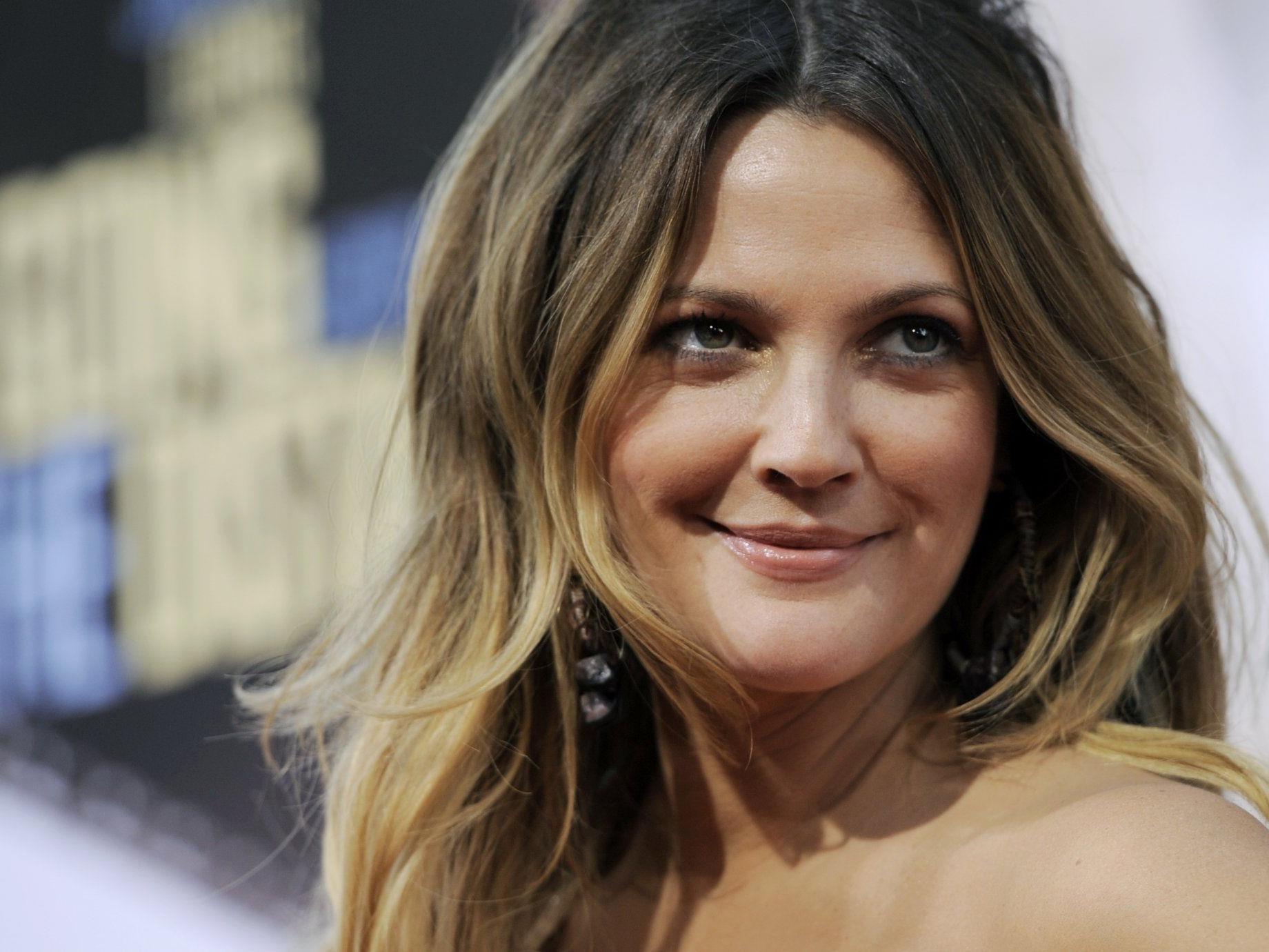 Hollywoodstar Drew Barrymore mag sich wie sie ist - auch ohne die Hilfe von Operationen.