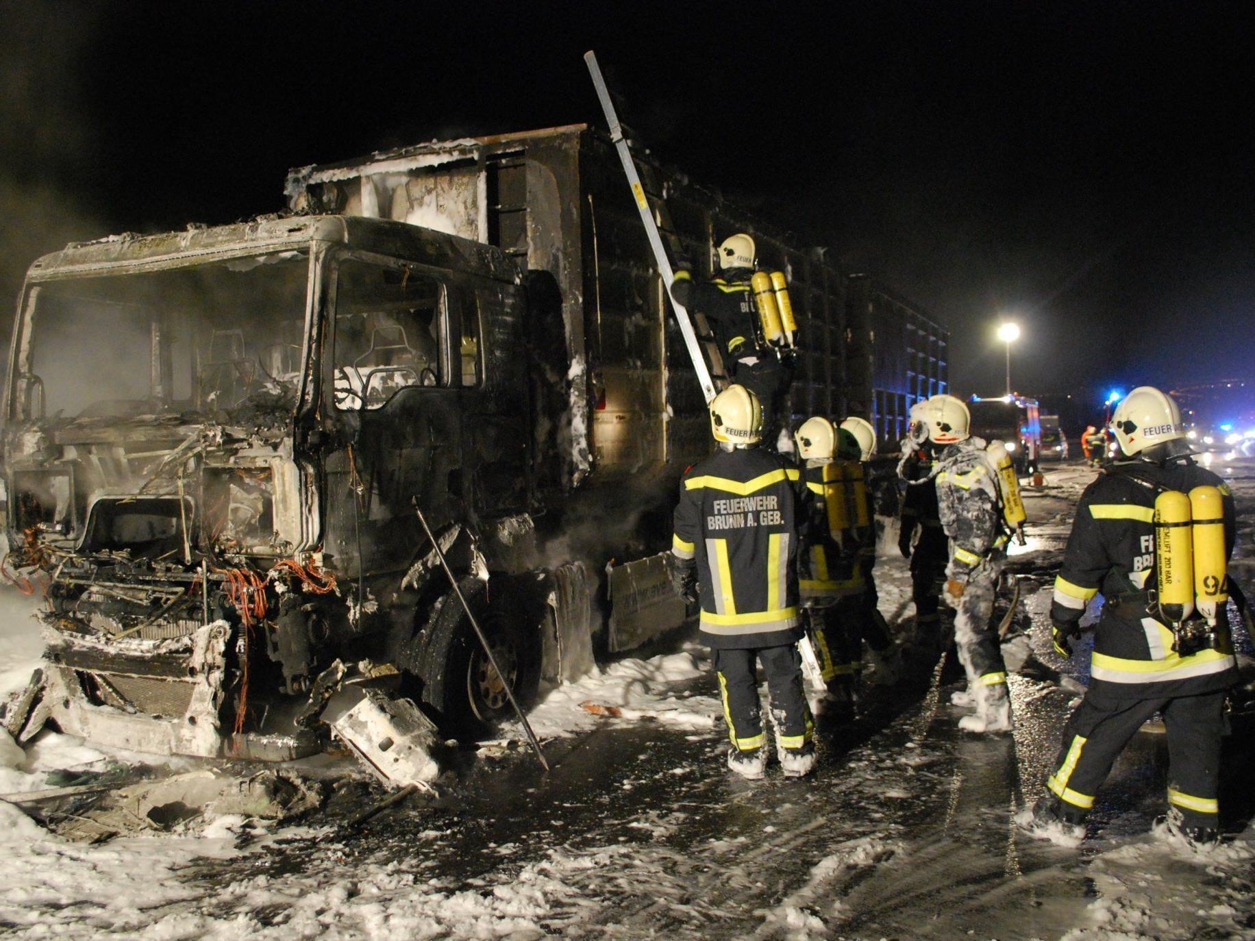 Durch einen brennenden Lkw kam es auf der A21 in den frühen Morgenstunden zu Verzögerungen.