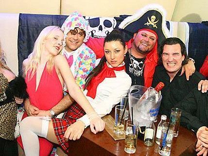 Wenn Schulmädchen mit Piraten, Teufeln und andern schrägen Typen feiern - dann ist Fasching in Wien