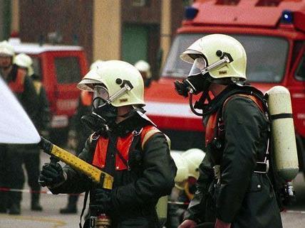 Die Feuerwehr hatte nach der Brandstiftung am Rennbahnweg alle Hände voll zu tun