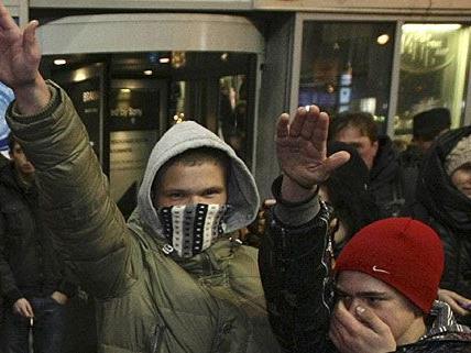 Ein Polizist hatte Jugendliche nicht angezeigt, die in der Öffentlichkeit den Hitlergruß gezeigt hatten