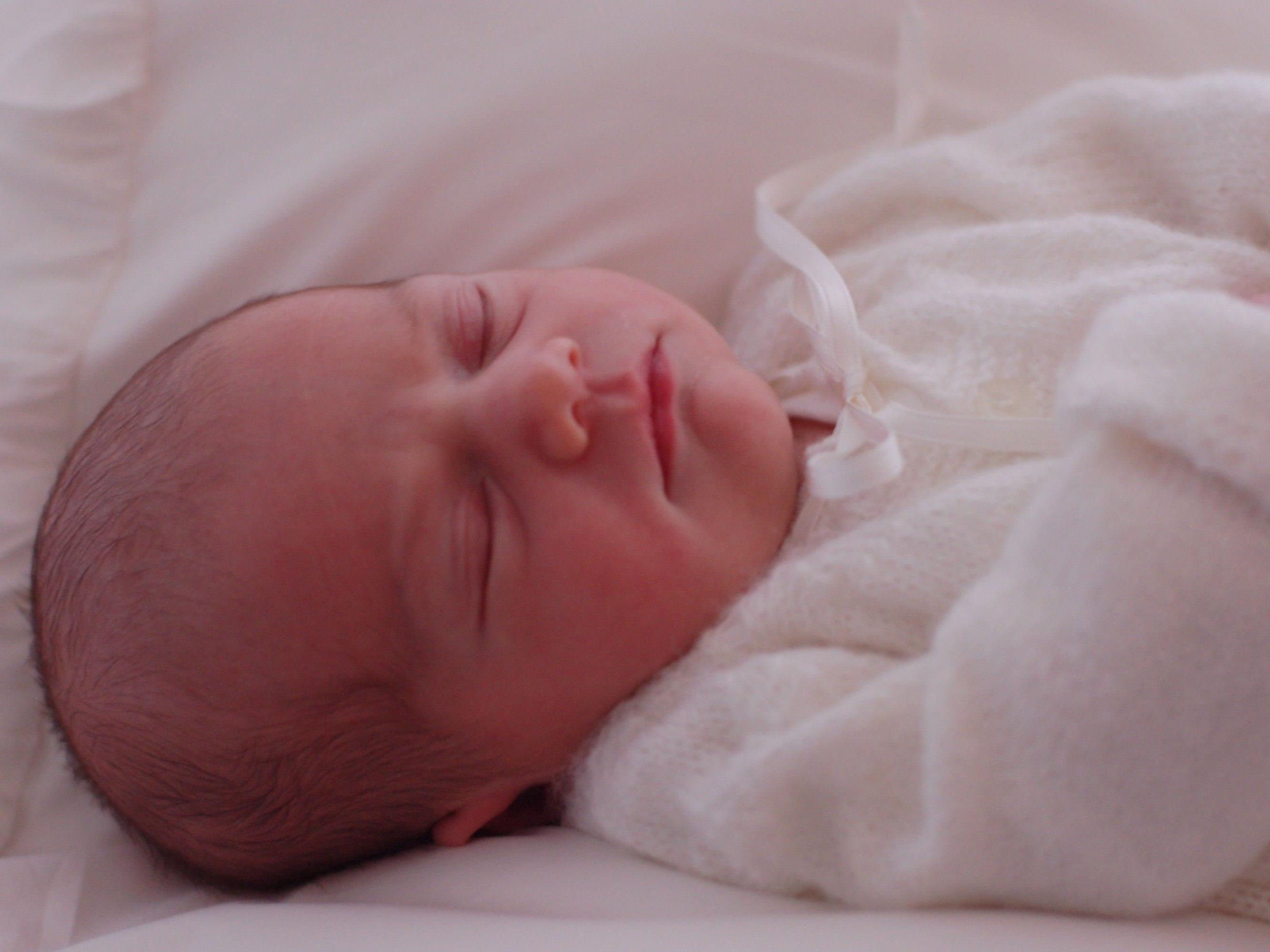 Die kleine Prinzessin heißt mit vollem Namen Estelle Silvia Ewa Mary und ist der ganze stolz ihrer Eltern Victoria und Daniel.