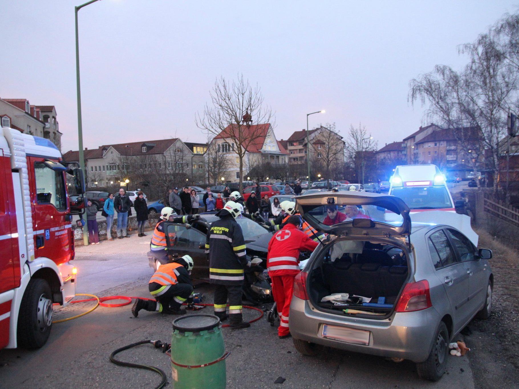 Die Lenkerin eines der beiden beteiligten Fahrzeuge wurde bei dem Zusammenstoß im Fahrzeug eingeklemmt und musste von der Feuerwehr aus dem Fahrzeug gerettet werden.