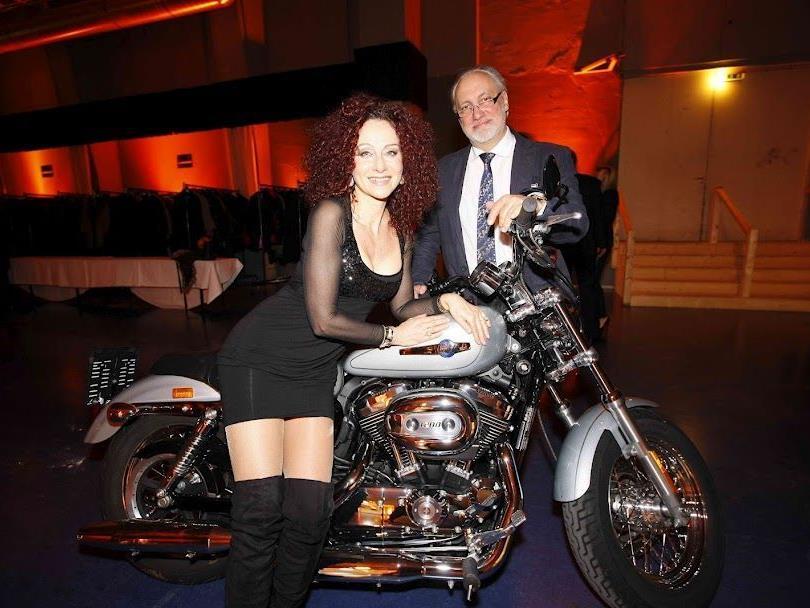 Darf natürlich nicht fehlen bei der Harley Davidson Charity Gala: Mausi - und die Harley!