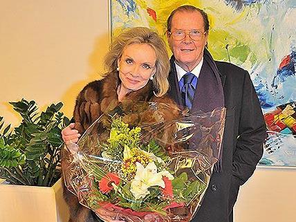 Roger Moore und seine Gattin wurden bei ihrer Ankunft in Wien herzlich empfangen