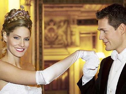 Wahrhaft königlich präsentieren sich die Opernball-Debütantinnen mit dem Swarovski-Diadem