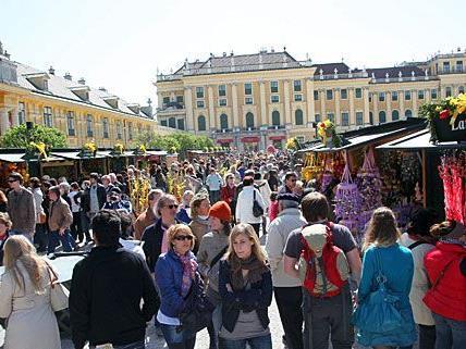 Beim Ostermarkt rund ums Schloss Schönbrunn herrscht alljährlich ein reges Treiben