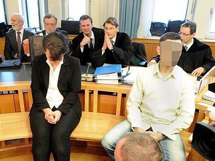 Auf der Anklagebank sitzen nach dem Mord in der Lagerhalle die Witwe des Opfers und ihr 37-jähriger Cousin