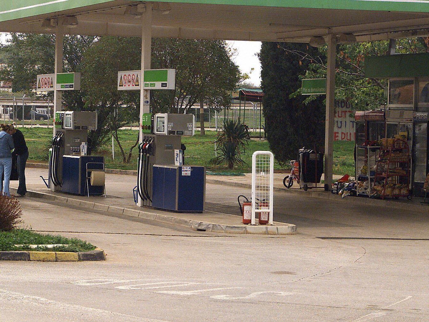 Ohne Waffe versuchte eine 20-jährige Frau, eine Tankstelle zu überfallen