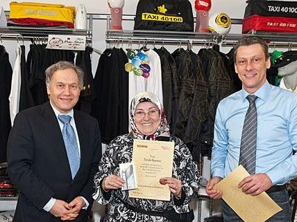 Mit sichtlicher Freude nahm Taxi-Lenkerin Feride Saymaz die verdiente Auszeichnung entgegen