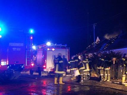 60 Feuerwehrmänner löschten das brennende Wohnhaus