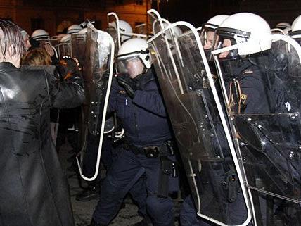 Szenen wie diese spielten sich zwischen Demonstranten und Polizei auch am WKR-Ball 2012 wieder ab