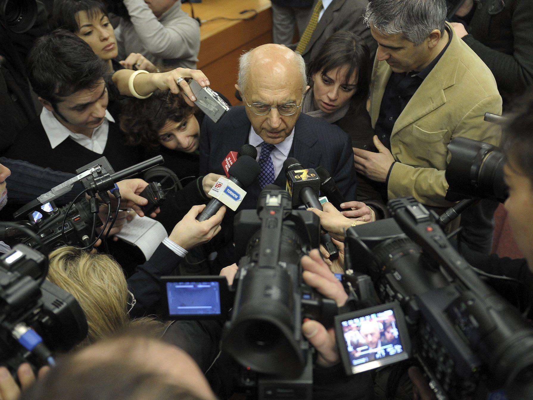 Eternit-Prozess: Staatsanwalt Raffaele Guariniello umringt von Reportern.