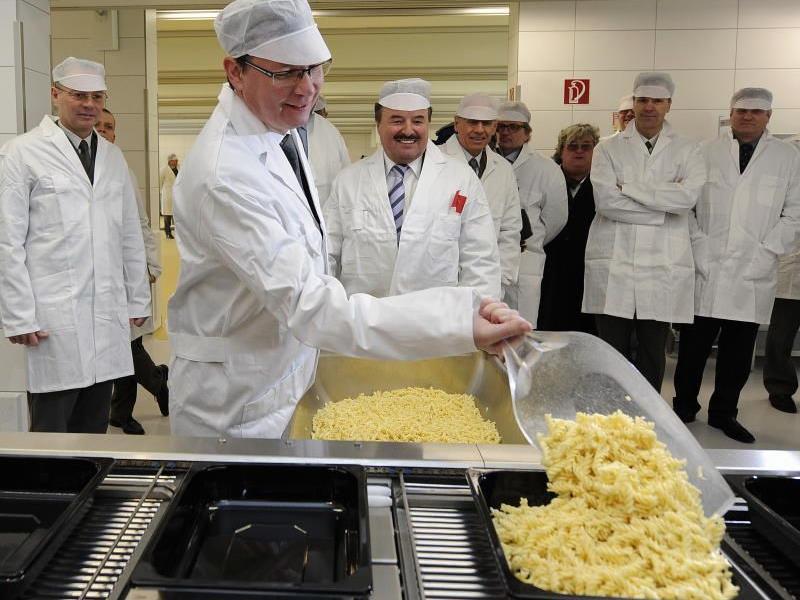 Der Minister macht's persönlich in der neuen Zentralküche