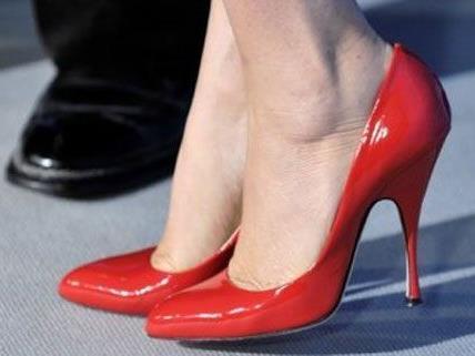 Die Polizei fahndet nach der Frau in den roten Schuhen.