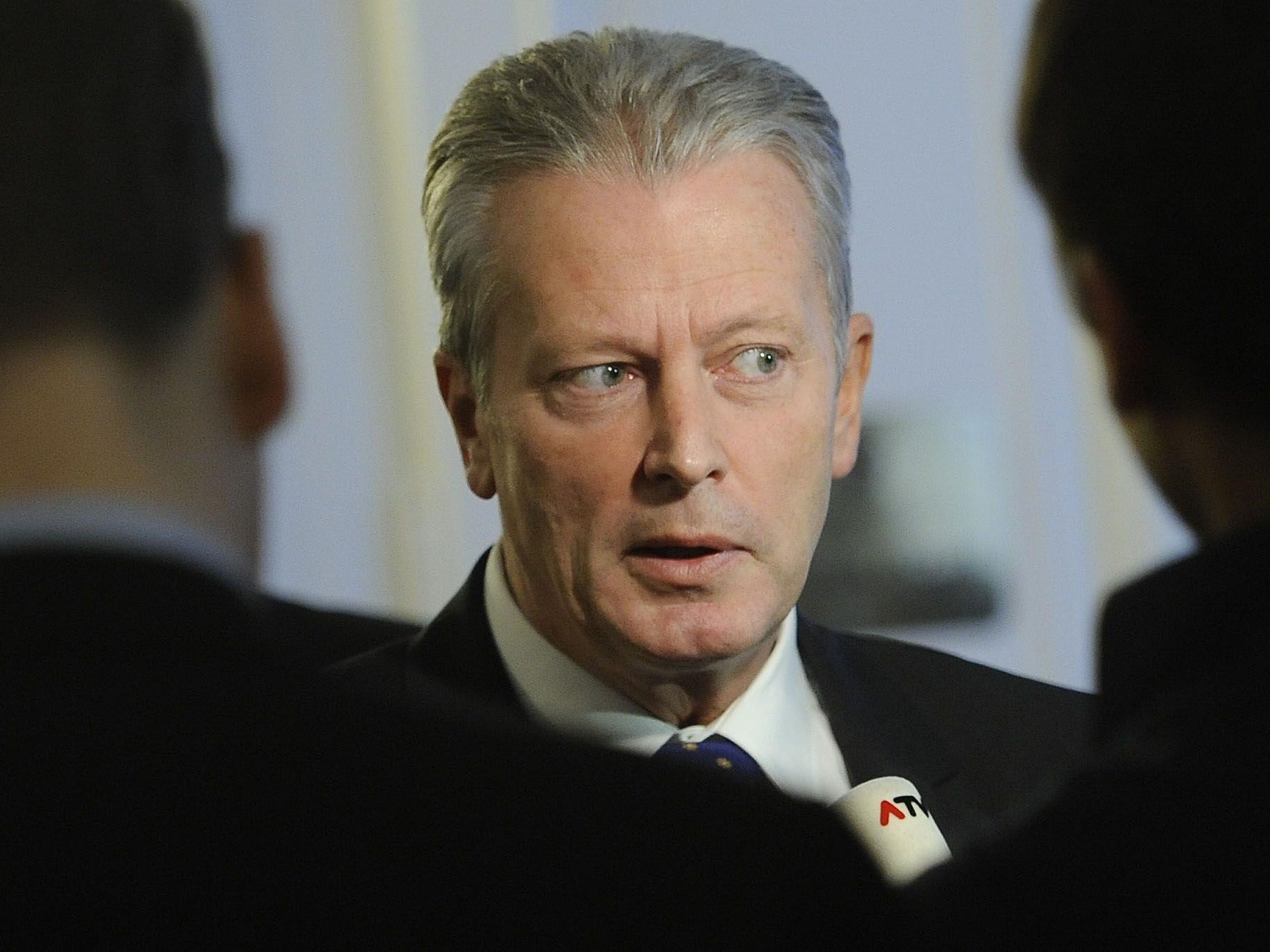Wirtschaftsminister Mitterlehner sieht keine Möglichkeit den Spritpreis amtlich zu regeln.