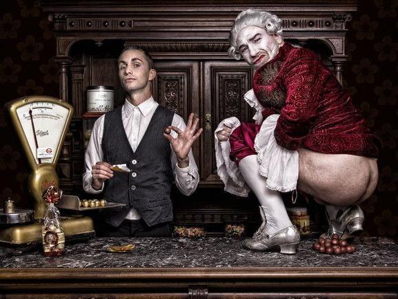 Fotograf Dokoupil sorgt mit provokantem Mozartkugel-Bild mit Roman Gregory für Aufregung.