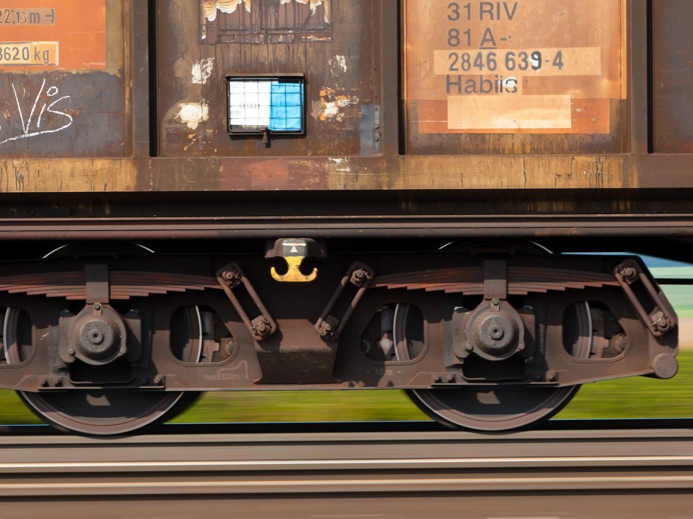 Der Junge wurde beim Versuch die Gleise zu überqueren frontal vom Zug erwischt und getötet.