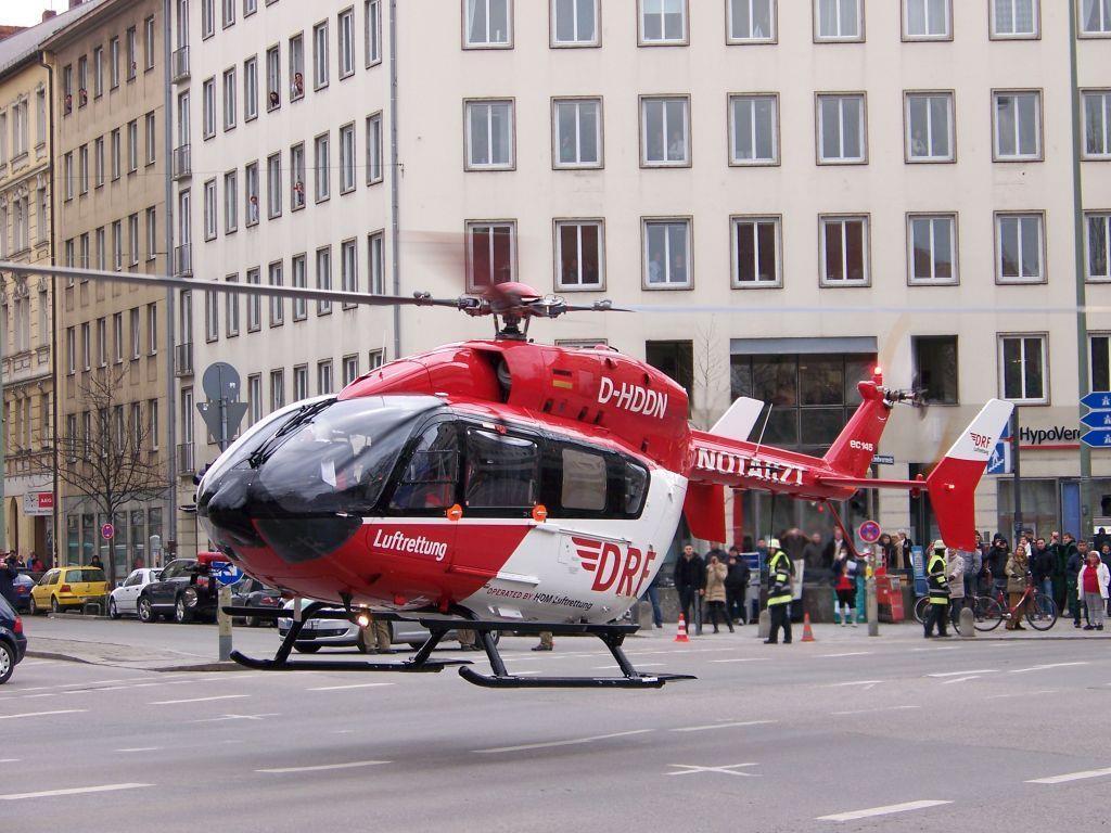 Nachdem der Patient verladen wurde, konnte der Hubschrauber wieder abheben und die Straße für den Verkehr freigeben.