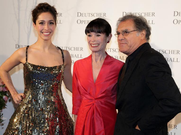 Richard Lugner bringt Oona Castilla Chaplin, die Enkelin von Charlie Chaplin, auf den Wiener Opernball 2012.