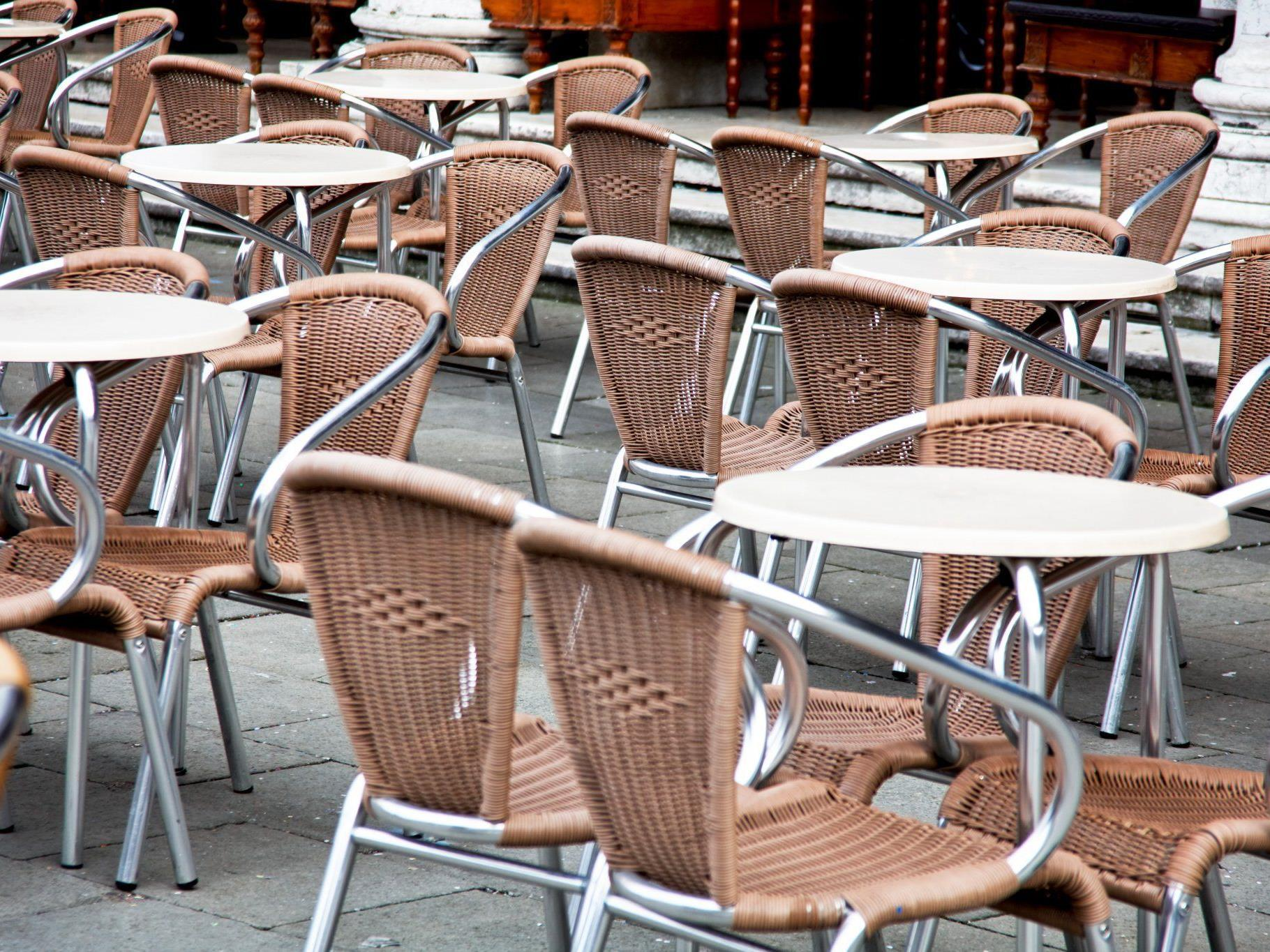 Sonnig, warm, aber draußen sitzen ist noch eine Woche lang verboten.