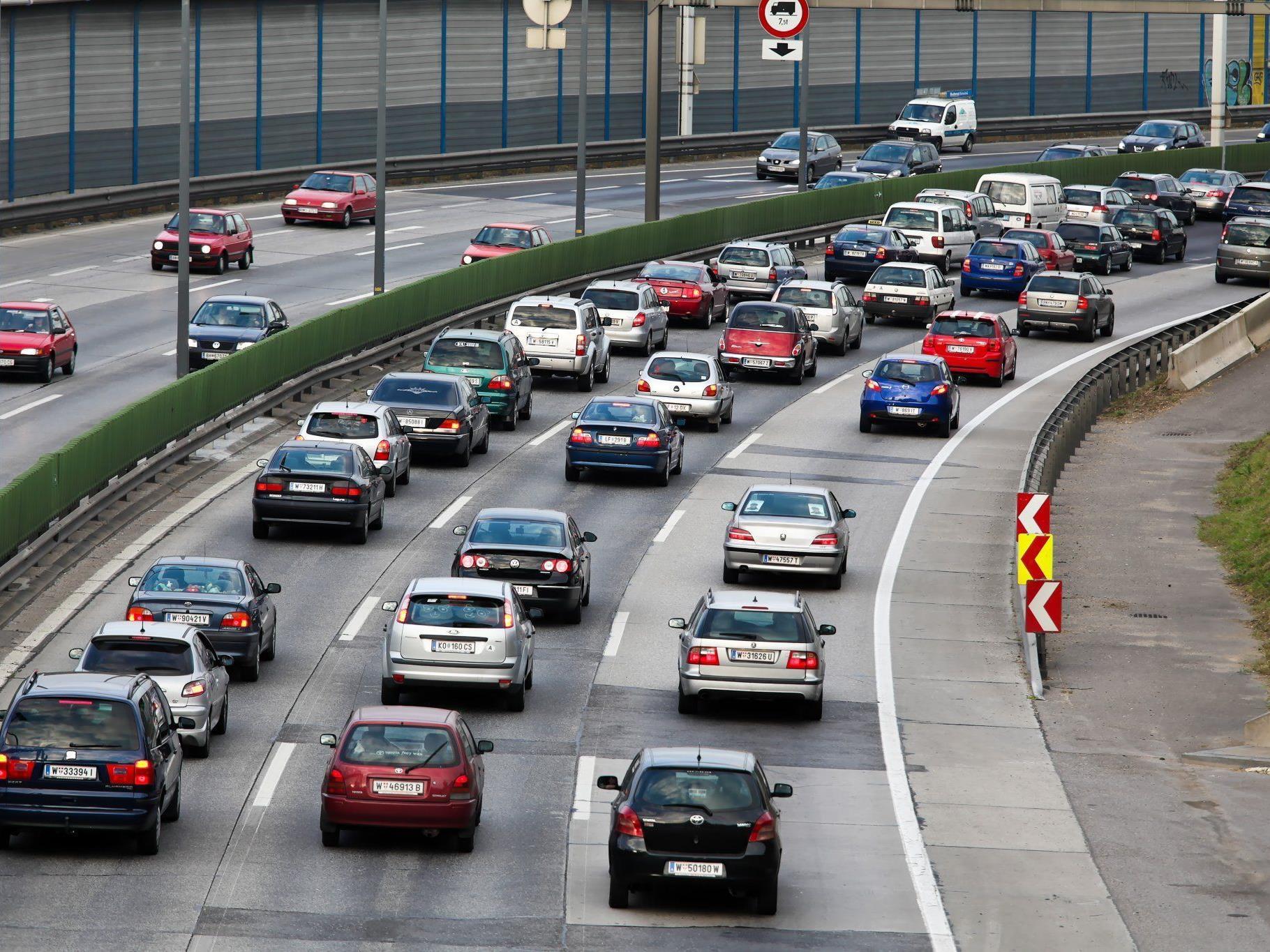 Mehr gestanden als gefahren sind am Montag tausende Pendler auf der A22