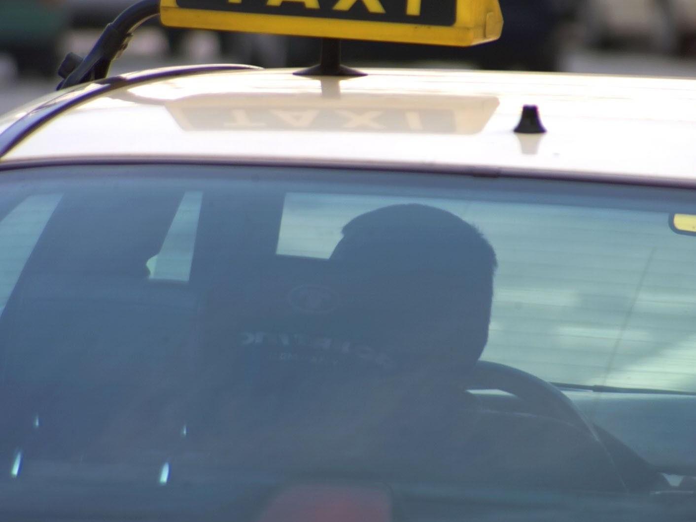 Der Taxilenker stürzte nach Fahrtende aus dem Fahrzeug und war unfähig selbstständig wieder aufzustehen.