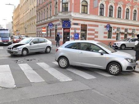 Bei einem Verkehrsunfall in Wien-Währing wurden drei Personen schwer verletzt.
