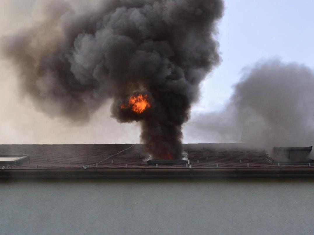 Eine Person erlitt nach ersten Angaben eine Rauchgasvergiftung.