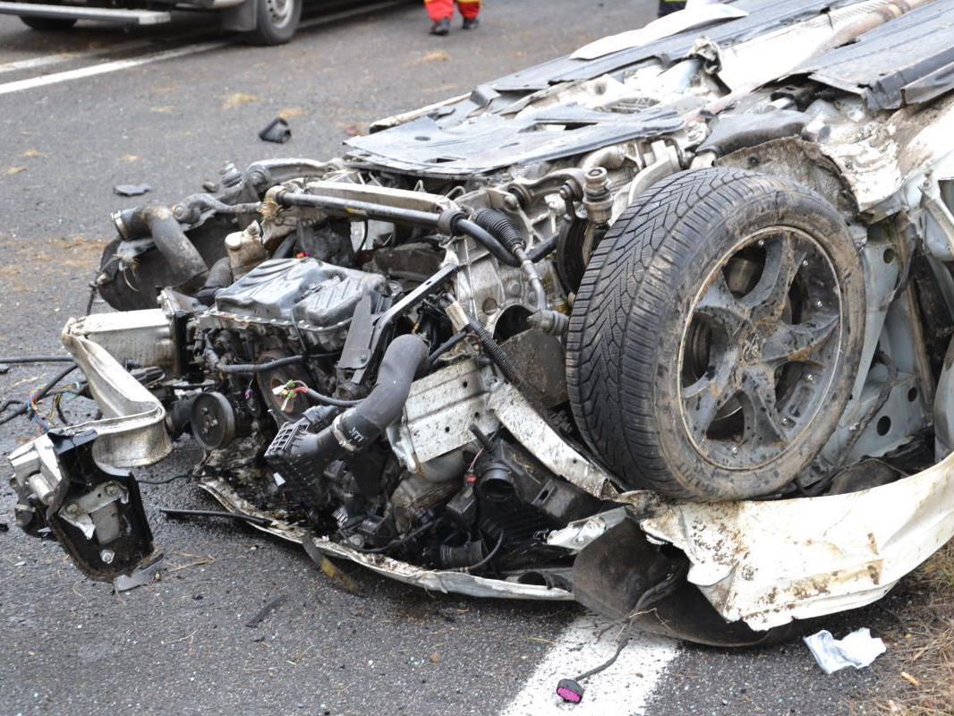 Diesen Crash überlebte der Fahrer in Natschbach nicht.